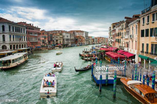 busy grand canal in venice on a rainy day - grande canal veneza - fotografias e filmes do acervo