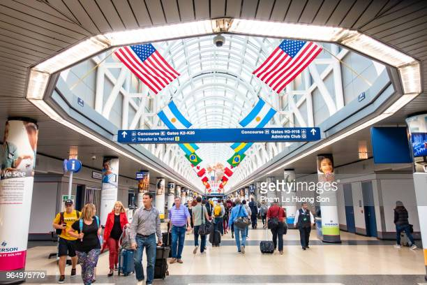 busy hallway in chicago's o'hare airport - ohare airport stock pictures, royalty-free photos & images