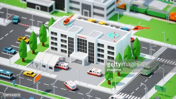 ミニチュアスタイルの低ポリシティでコロナウイルステントで忙しい病院 - 町 ストックフォトと画像