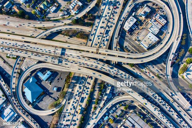 busy los angeles freeway interchange aerial - traffico foto e immagini stock