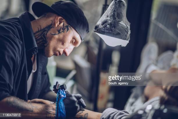 Vielbeschäftigter Mann Tätowierer arbeiten
