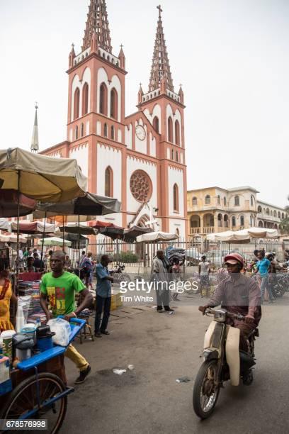 busy market, lome togo, africa - togo fotografías e imágenes de stock