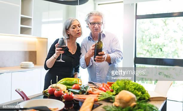 Affaires couple mature dans la cuisine de cuisine