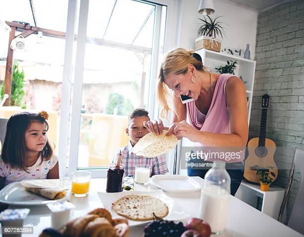 Dure-mère organiser les enfants au petit déjeuner dans la cuisine