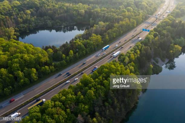 busy motorway at sunrise - north rhine westphalia - fotografias e filmes do acervo