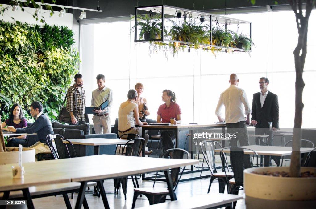 Drukke kantoor gemeenschappelijke ruimte : Stockfoto