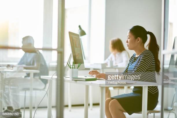 Großraumbüro beschäftigt