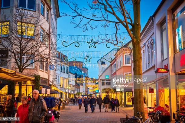 歩行者ゾーンのオーデンセ市で忙しい人 - オーデンセ ストックフォトと画像