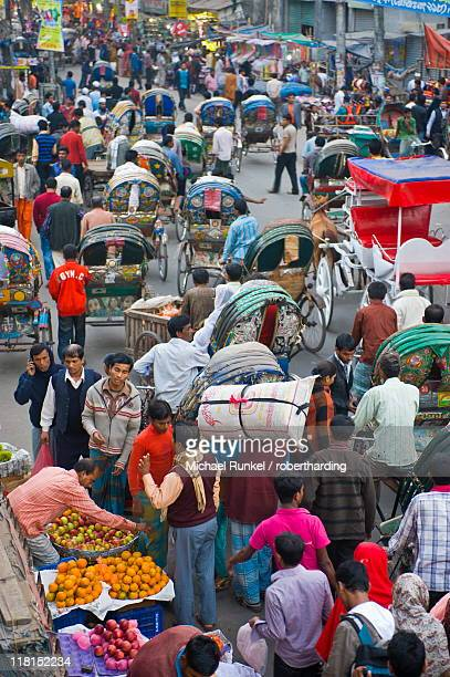 busy rickshaw traffic on a street crossing in dhaka, bangladesh, asia - dhaka stock pictures, royalty-free photos & images