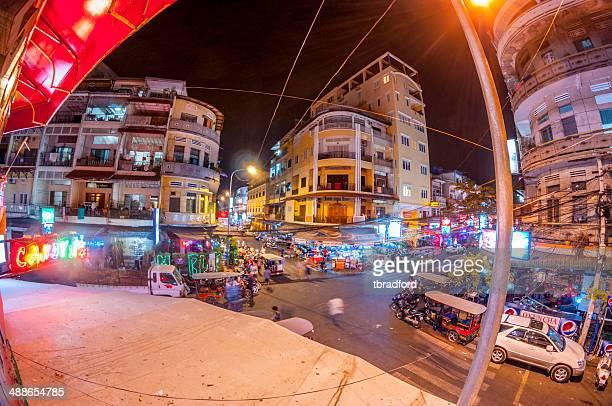 忙しい road ジャンクション夜になるとプノンペンでは、カンボジア - night life in cambodian capital phnom penh ストックフォトと画像