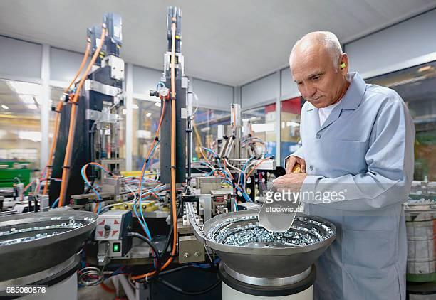 Longue Senior Travailleur en usine Boulon