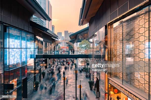 busy shopping street,chengdu,sichuan,china. - 四川省 ストックフォトと画像