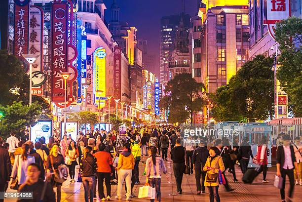 busy shoppping street in shanghai, china at night - china oost azië stockfoto's en -beelden