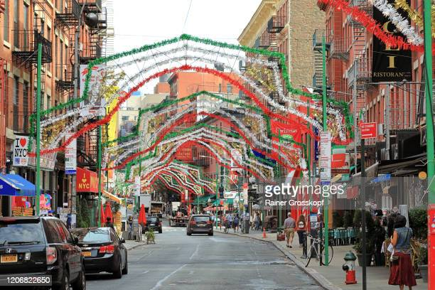 a busy street decorated with garlands in the colors of italy - rainer grosskopf stock-fotos und bilder