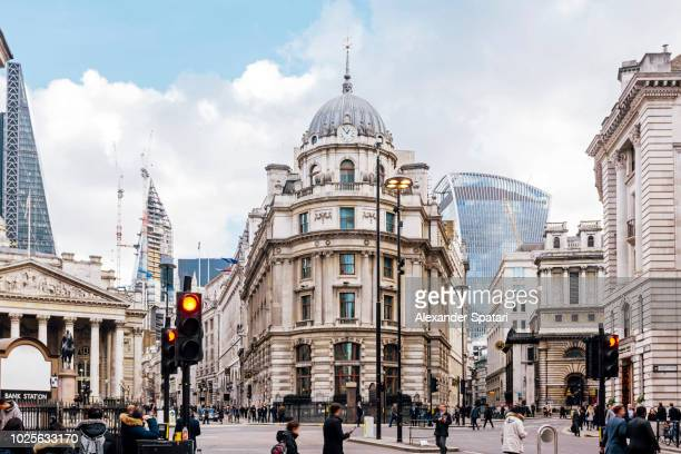 busy street in city of london financial district, london, england, uk - the image bank imagens e fotografias de stock