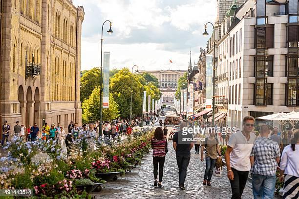 にぎやかな通りの中心街、ノルウェーオスロ - オスロ ストックフォトと画像