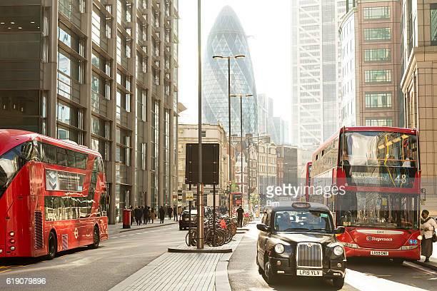 Belebten Straße mit roten Doppeldecker-Busse, London, England