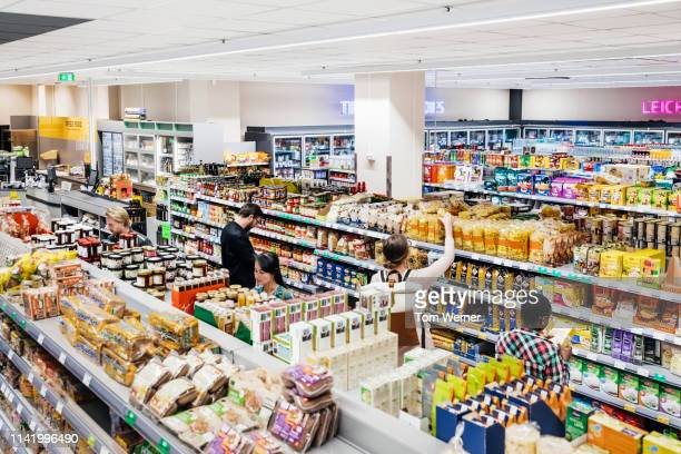 a busy supermarket with customers shopping - 収納ラック ストックフォトと画像