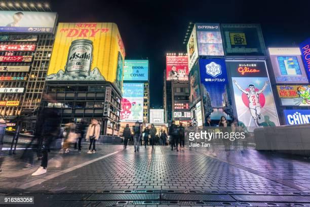 busy tourists waliking in dotonbori at night - 大阪市 ストックフォトと画像