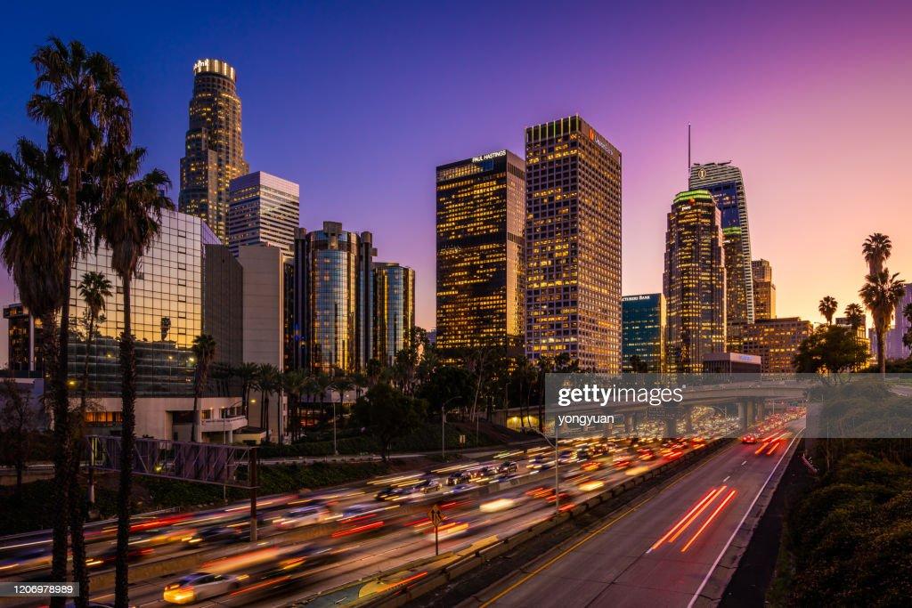 Druk verkeer in Downtown Los Angeles bij schemering : Stockfoto