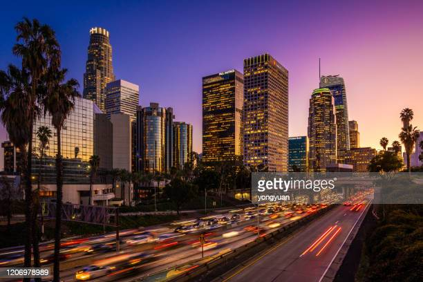 druk verkeer in downtown los angeles bij schemering - de stad los angeles stockfoto's en -beelden