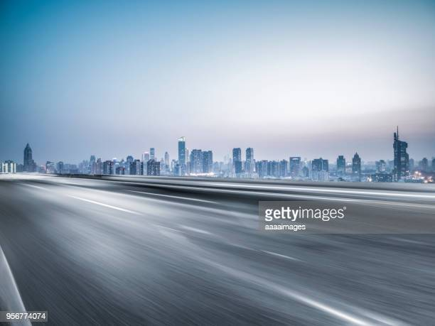 busy traffic in nanjing - nanjing road stockfoto's en -beelden