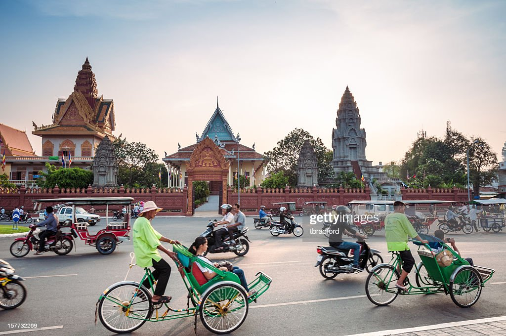 Busy Traffic Outside Wat Ounalom At Sunset In Phnom Penh : Stock Photo