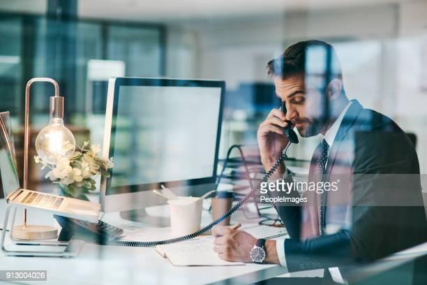mit einem wichtigen deal per telefon gebucht - am telefon stock-fotos und bilder