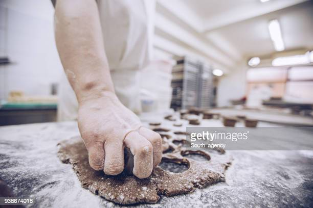 upptagen kvinna i bageri - chocolate factory bildbanksfoton och bilder