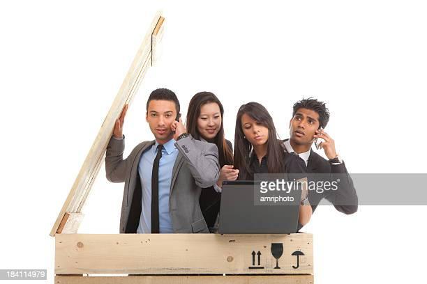 Longue de jeunes gens d'affaires dans la boîte