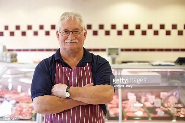 butcher in his shop - boucher photos et images de collection