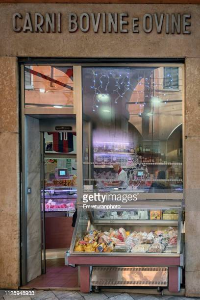 a butcher's shop window with a display cabinet. - emreturanphoto stock pictures, royalty-free photos & images