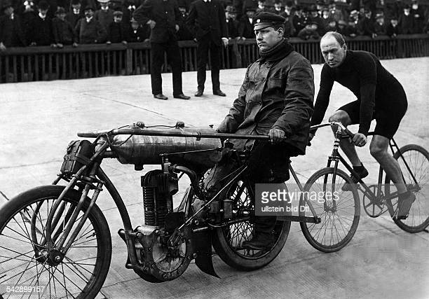 Butler Nat Racing cyclist USA*06011870 during a pacemaker race 1906
