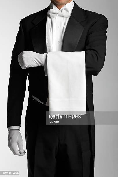 Butler oder Kellner mit einem weißen Tuch auf dem arm