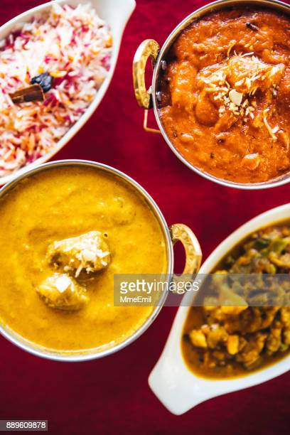 バターチキン、ラムのカレー、野菜カレー、バスマティ ライス テーブルの上。北インド料理