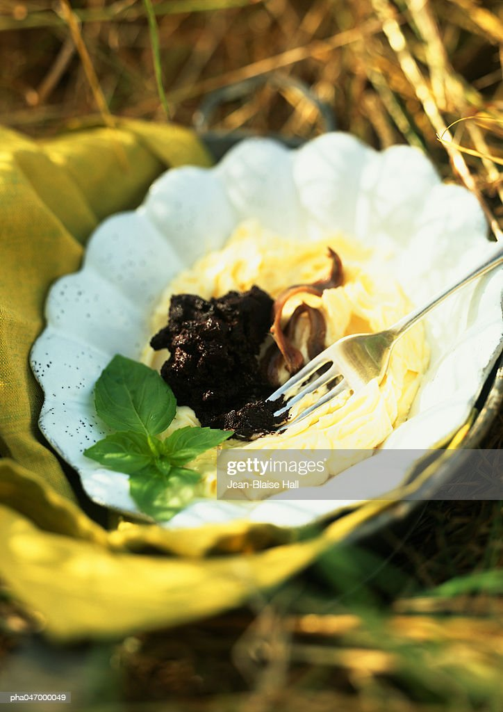 Butter with olives in bowl, close-up : Stockfoto