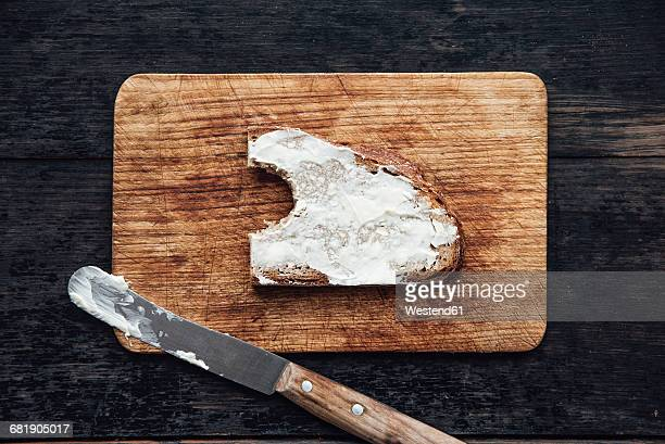 Buttered bread on chopping board
