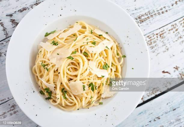 buttered spaghetti with parmesan - cris cantón photography fotografías e imágenes de stock