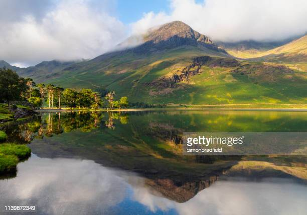 buttermere in het engelse district van het meer - lake district stockfoto's en -beelden