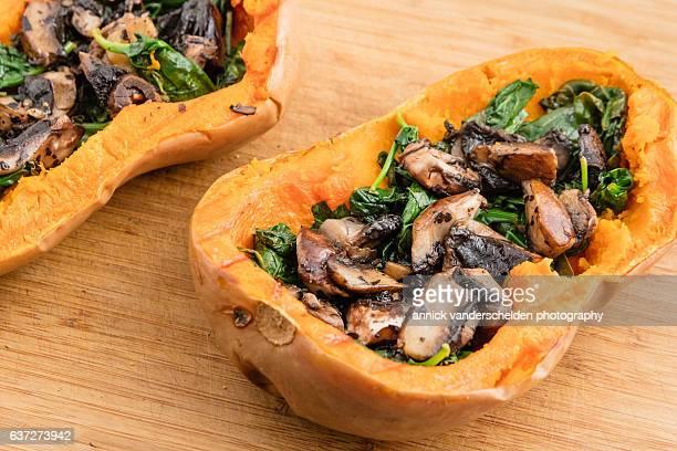 butternut pumpkin stuffed with portobello mushroom and spinach. - gartenkürbis stock-fotos und bilder