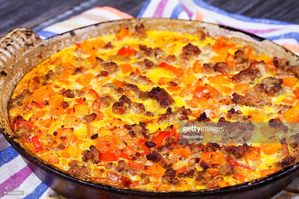 Butternut squash and sausage frittata. : Foto de stock