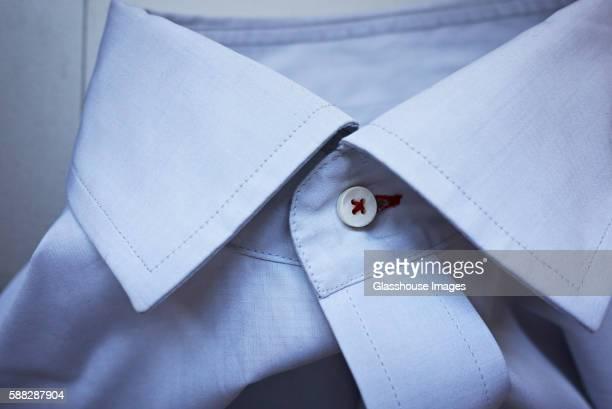 buttoned shirt collar, close-up - colletto foto e immagini stock