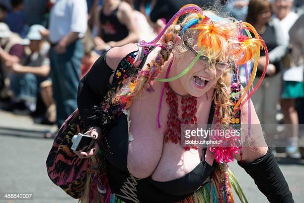 buxom doo-dah parade participant - pasadena california stock pictures, royalty-free photos & images