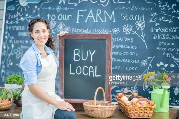 buy local - mercato di prodotti agricoli foto e immagini stock