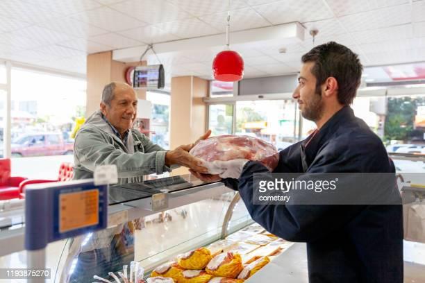 koop vlees van de markt voor iftar - turkije midden oosten stockfoto's en -beelden