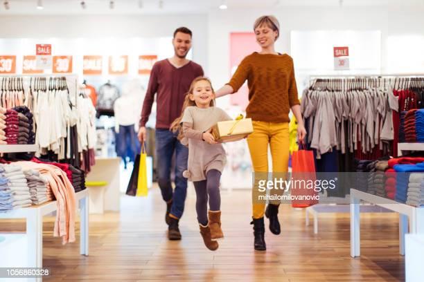 comprar regalos de navidad - tienda de ropa fotografías e imágenes de stock