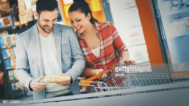 Achat dans le supermarché nourriture