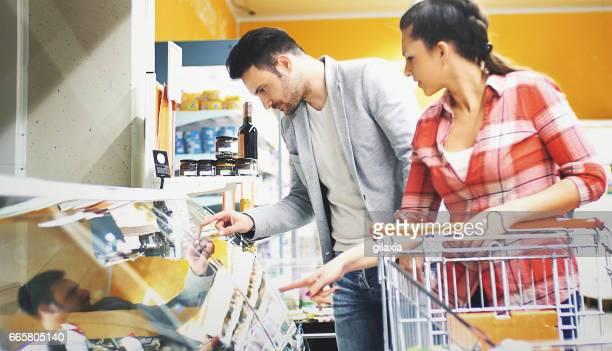 Lebensmittel im Supermarkt kaufen