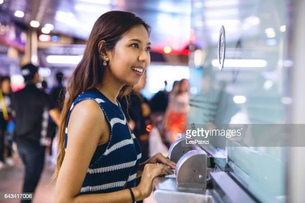 achat de billets dans la nuit avant le dernier tour dans le train - hygiaphone photos et images de collection