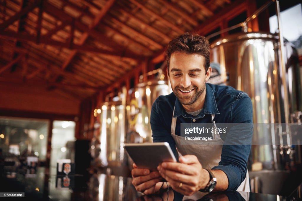 Het kopen van tijd tijdens het wachten voor klanten : Stockfoto